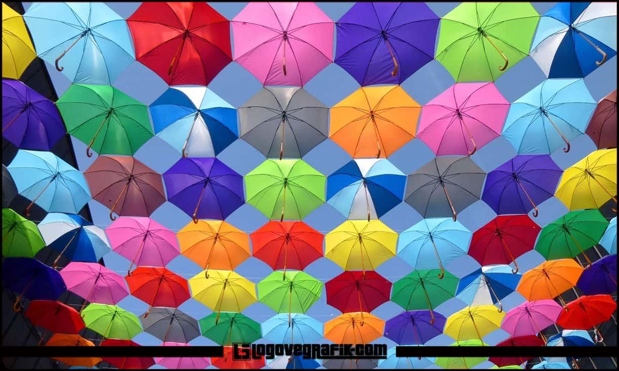Marka Renk İlişkisi Marka renk ilişkisi, marka yönetimi açısından son derece önemli ve üzerinde hassasiyetle durulması gereken konuların başında gelmektedir. Görsel iletişim, renklerle yakından ilişkilidir. Zira, pazarlama ve marka yönetimi açısından her rengin kendine göre bir anlamı ve iletişim dili bulunmaktadır. Markalar Renklerle Hayat Bulur 20 yılı aşkın bir süredir, iletişim ve reklam dünyasında yer alan bir iletişimci olarak, markaların renkler sayesinde hayat bulduğunu söylersem, sanırım abartmış olmam. Zira, yukarıda da belirtmiş olduğum üzere, her markanın, kendi içeriğiyle alakalı bir takım renkleri vardır ya da olmalıdır; buna bağlı olarak markalar renkler sayesinde anlamlanırlar.